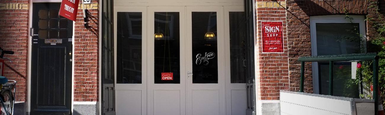 Foto van de authentieke entree van het pand in de Jan Hanzenstraat, waar de Signshop Amsterdam gevestigd is.